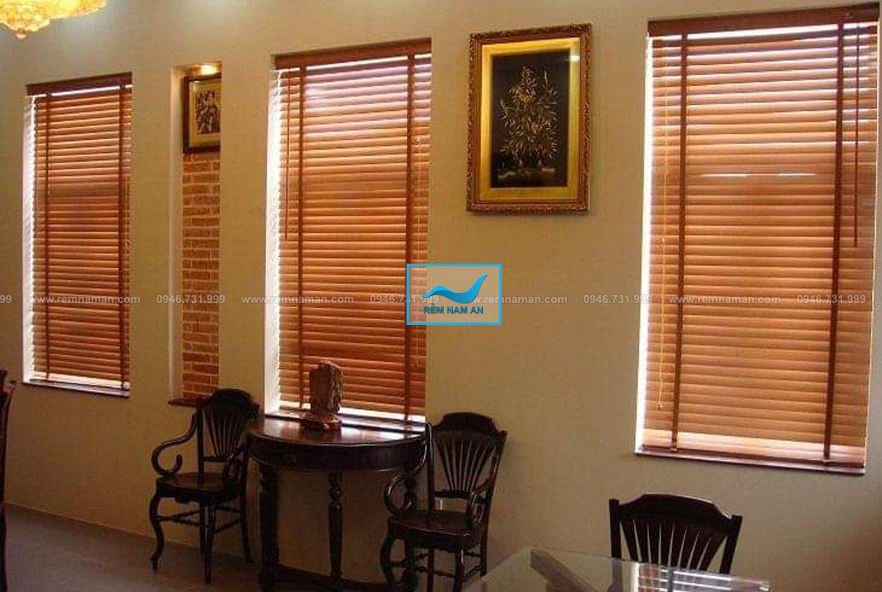 Lắp rèm gỗ cửa sổ phòng khách