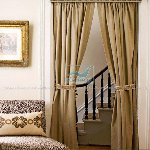 Treo rèm vải che cửa cầu thang