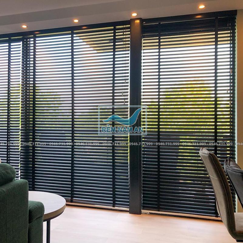 Lắp rèm gỗ cho cửa ra vào phòng khách đẹp