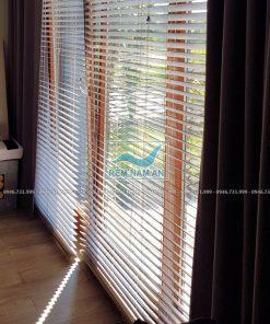 Rèm gỗ cửa chính phòng ngủ che nắng