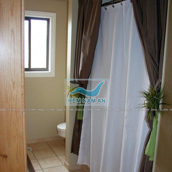 Treo rèm vải che cửa nhà tắm