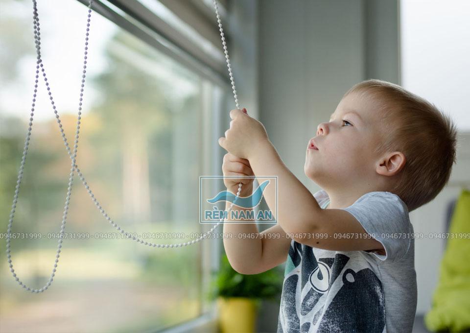 Rèm cửa kéo dây có an toàn với trẻ em không