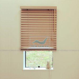 Rèm gỗ cửa sổ nhỏ và hẹp