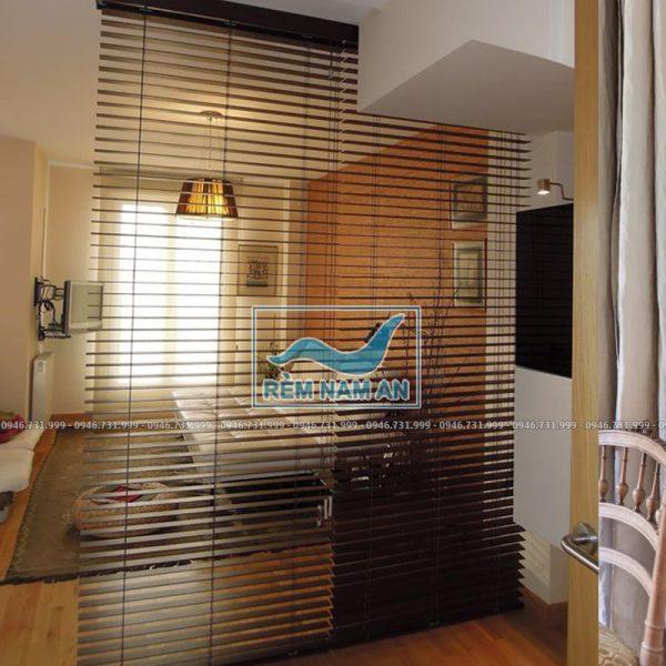 Rèm gỗ ngăn chia phòng khách và phòng ngủ