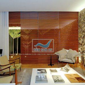 Rèm gỗ ngăn chia phòng khách với các khu vực