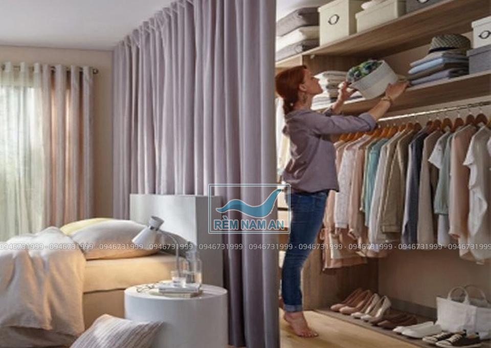 Dùng rèm ngăn đôi phòng ngủ và khu thay đồ