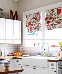Rèm cuốn in tranh hoa phòng bếp